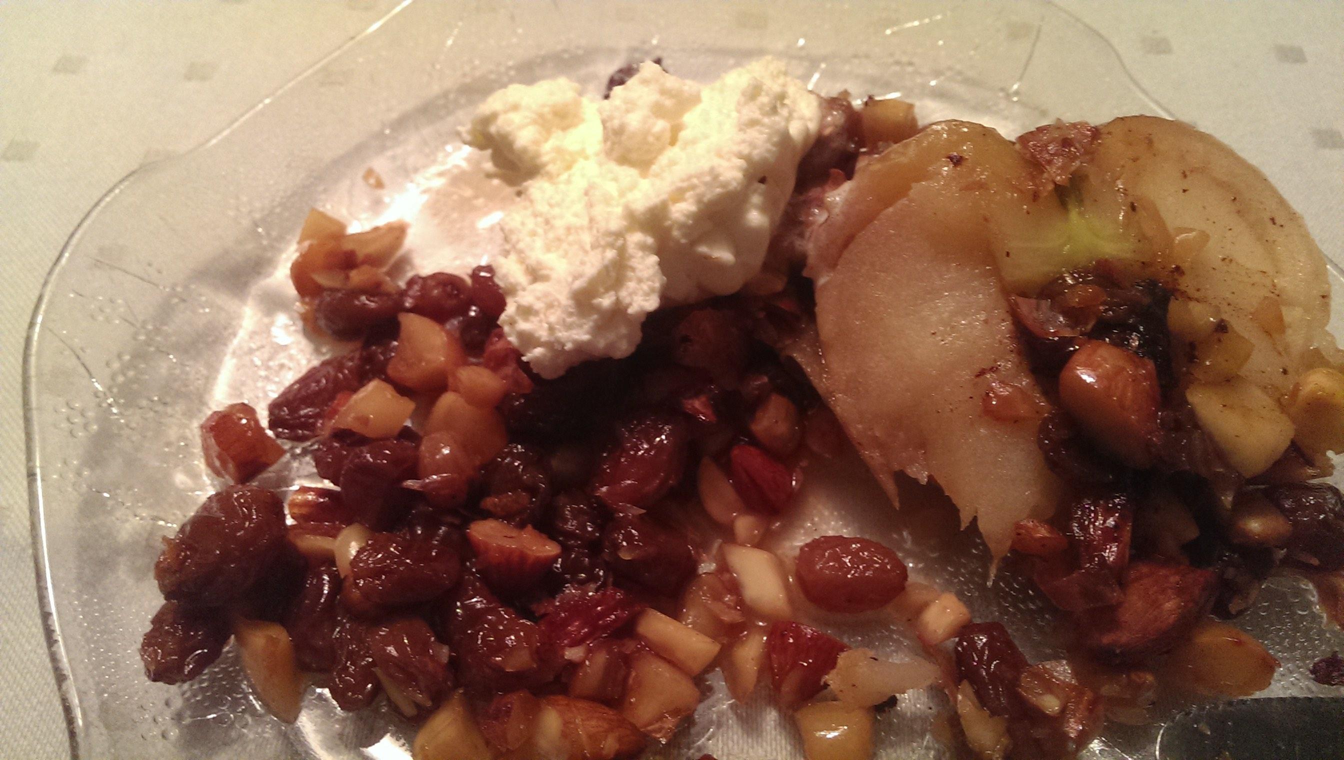 Rester av bakte epler på tallerken